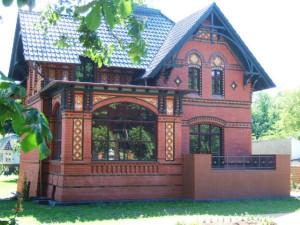 Hauptansicht mit Wintergarten und Terrasse
