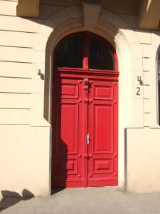 historische Eingangstür ochsenblutrot